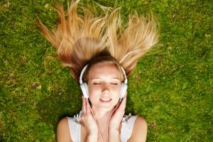 Du finner lydbøker du kan laste ned fra bokhandlere, du kan prøve strømmetjenester eller ditt bibliotek.